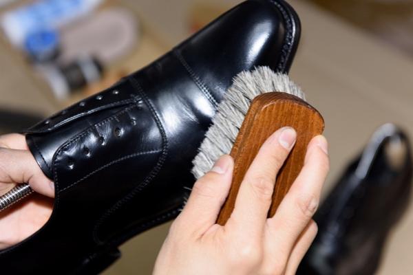 カット中に靴磨き!